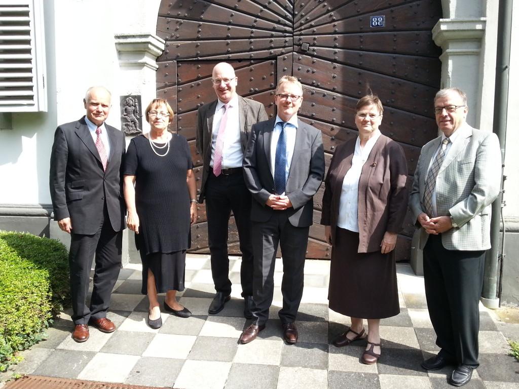 Bildunterschrift: v.l.n.rechts: Herbert Leonards, Klara Graf, stellv. Vorsitzender Dr. jur. Hartmut Münzel, Geschäftsführer André Tillmann, Vorsitzende Sr. Maria Lay, Lothar Fleck